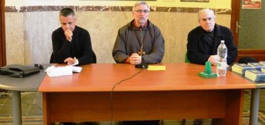 incontro vescovo rappresentanti istituzionali calatino - tavolo da sx don tino zappula, mons. calogero peri, don gianni zavattieri
