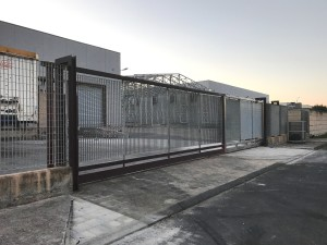 Il cancello incriminato rimesso a posto subito dopo l'incidente