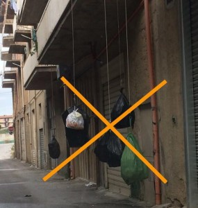 Rifiuti_X_sacchetti_appesi_basta