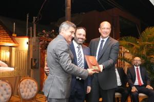 Guastella riceve il riconoscimento dalle mani del Segretario di Stato per la sicurezza e dal Console Generale