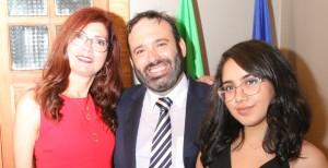 Il viceconsole con la moglie Senilda e la figlia Ariely
